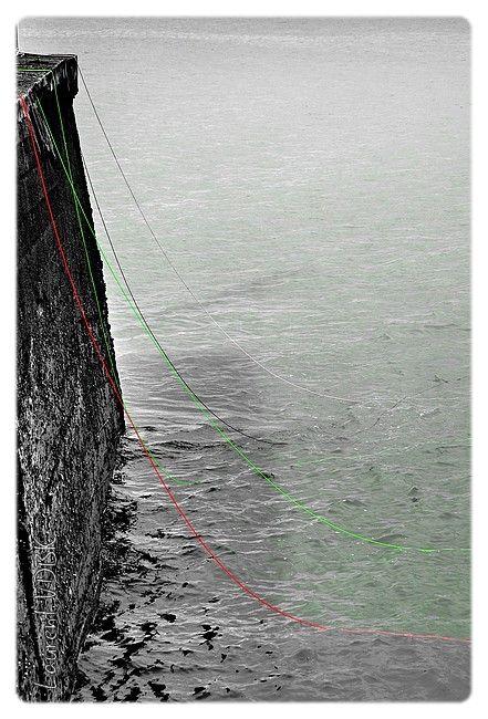 Ficelles de filets rouges, vertes, noires et blanches.