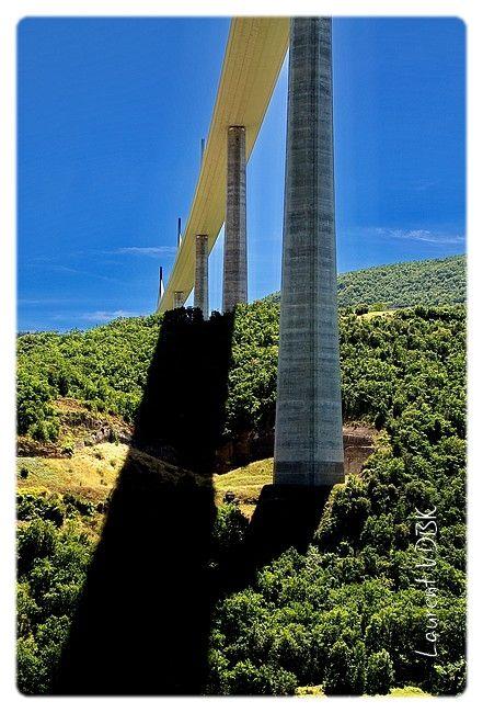 Le viaduc de Millau vu du dessous, et son ombre