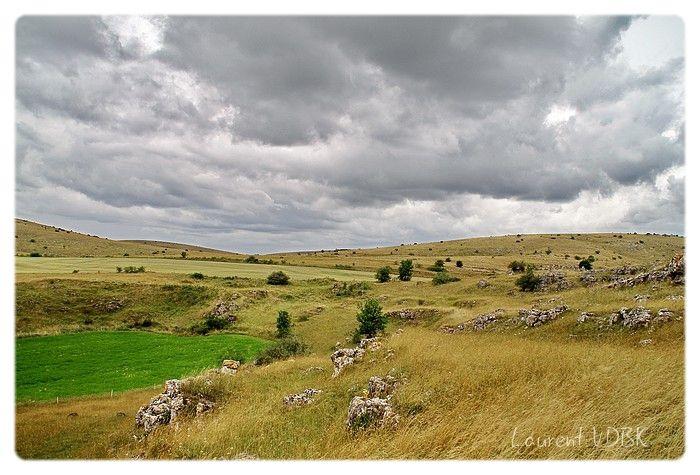 Paysage aride du Causse Méjean et ciel nuageux