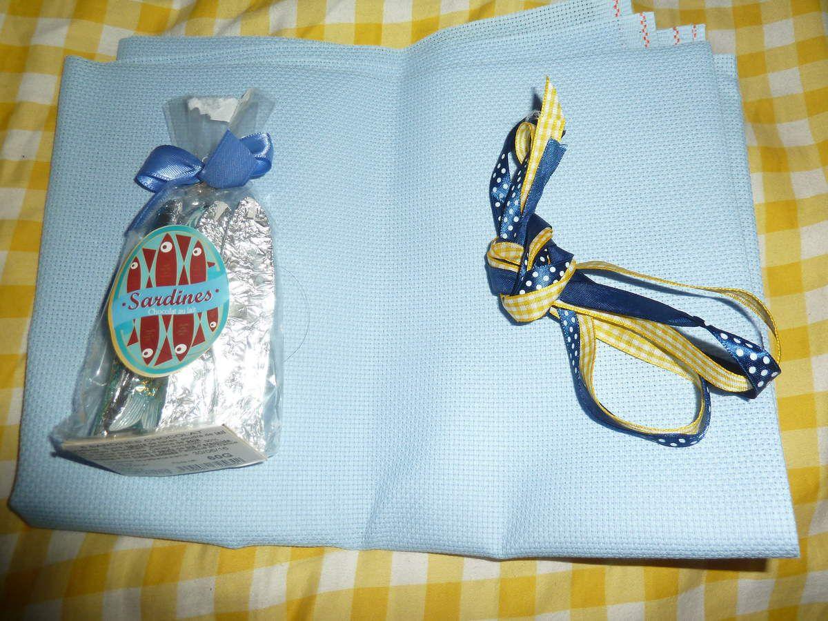 ce que Steffy ma offert une toile bleu des superbe rubans et des sardines en chocolat miam miam merçi beaucoup j'adore