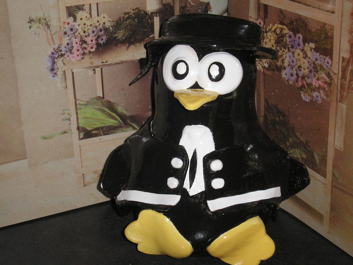 Breton en costume, en argile émaillée. Hauteur : 30 cm environ. Le corps est assez large pour pouvoir y entreposer clefs, papiers, gâteaux...
