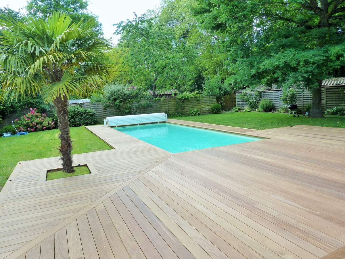 Plage de piscine en bois orl ans 45 france terrasse bois for Accouchement en piscine en france