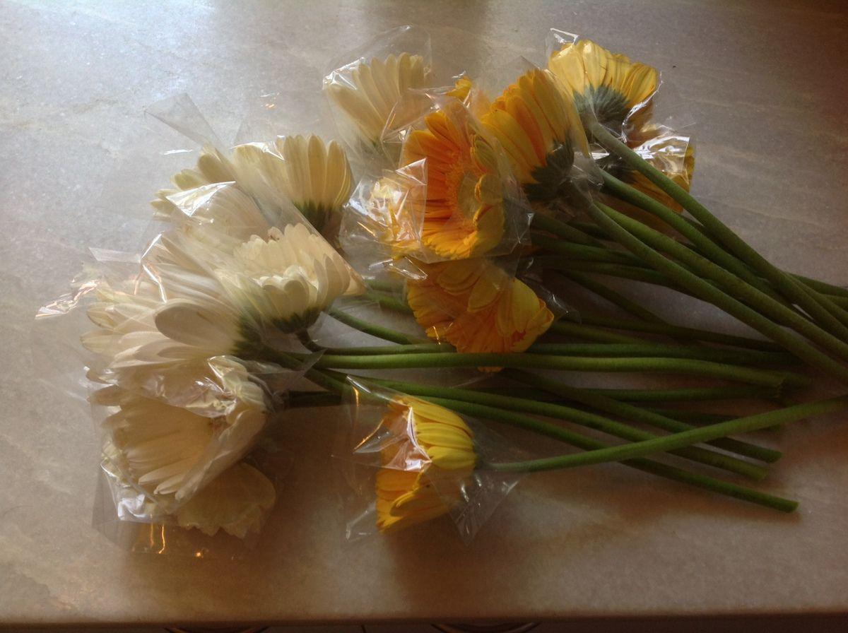 il faut de la main d 39 oeuvre aussi pour emballer les fleurs une une dr le de vie. Black Bedroom Furniture Sets. Home Design Ideas