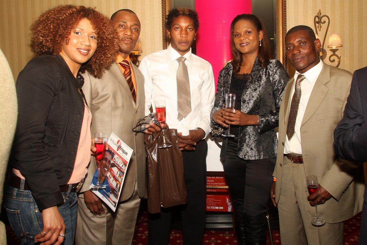 Dieumerci Mbokani (au centre), notre rédacteur en chef Cornelis Nlandu (extrême droite), à la remise du Soulier d'Or à Mbark Boussoufa en 2006