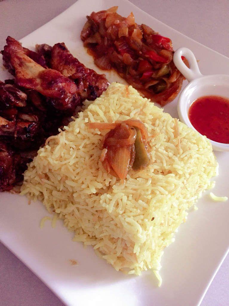 Manchons de poulet à la sauce barbecue  accompagné de riz au curcuma et chakchouka épicée