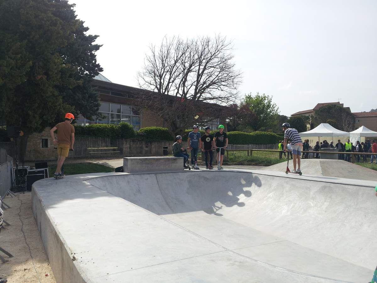 Skate Park Saint-Paul-Trois-Châteaux : Equipes municipale, de la MJC, de l'AFI de Saint-Paul-Trois-Châteaux et les jeunes qui ont participé à la mise en place de l'évènement.