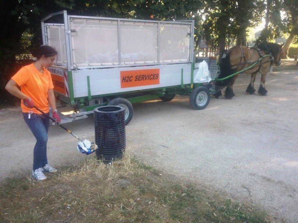 Bien qu'en dehors de la prestation prévue, les rippeuses, équipées de pinces, assuraient le piquetage des déchets isolés même éloignés des corbeilles afin que les parcs soient le plus propres possibles après notre passage.