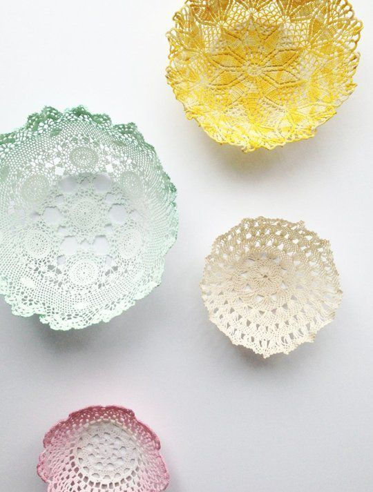 Des coupelles avec de jolis naperons - http://www.apartmenttherapy.com/diy-pretty-doily-bowls-to-hold-your-pretty-things-200109