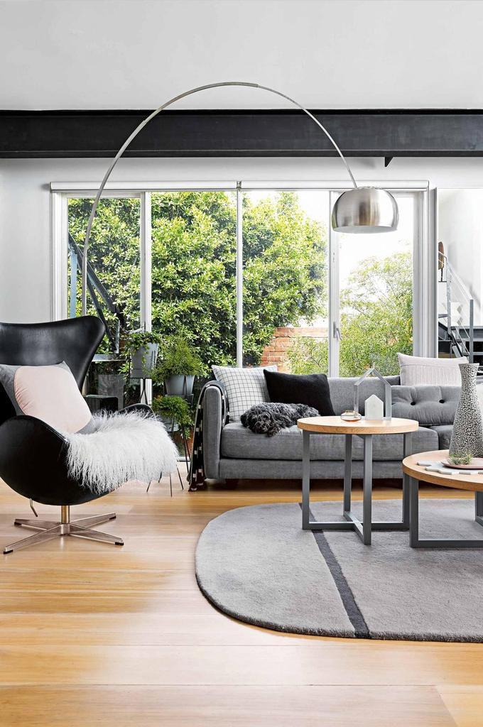 Tables Rondo et Sofa Urbis: MRD Home, Fauteuil Egg: Fritz Hansen, Lampe Arco: Euroluce