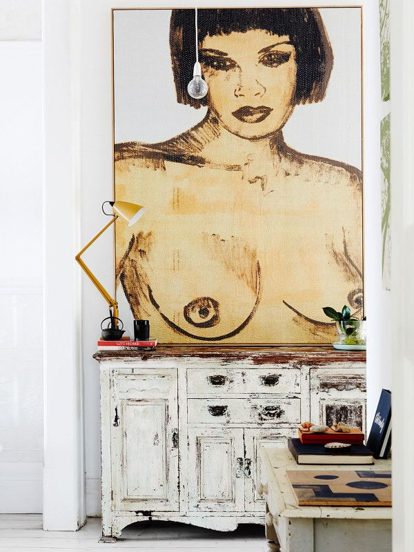 Peinture: David Bromley, meubles et accessoires chinés