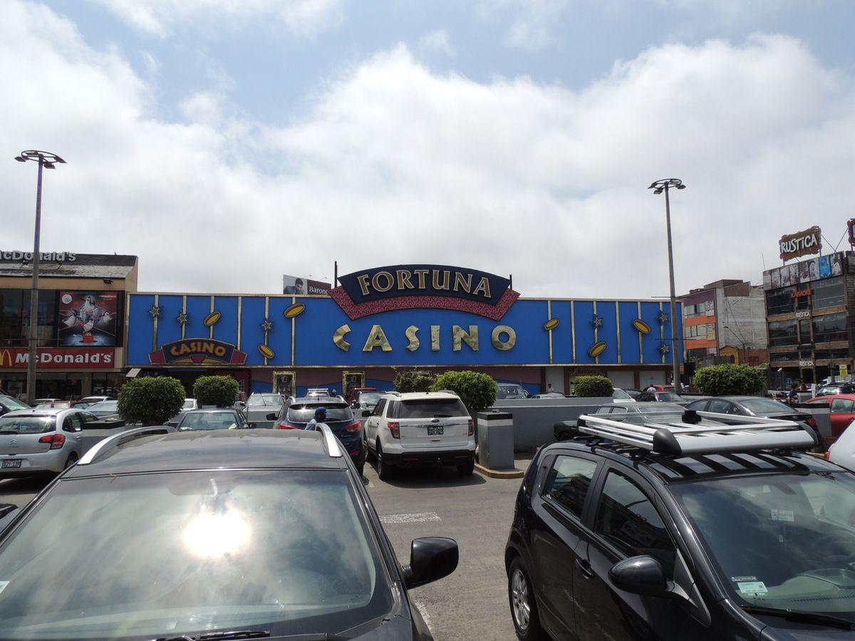 Un casino et une aire de stationnement sur l'Avenue Arequipa.