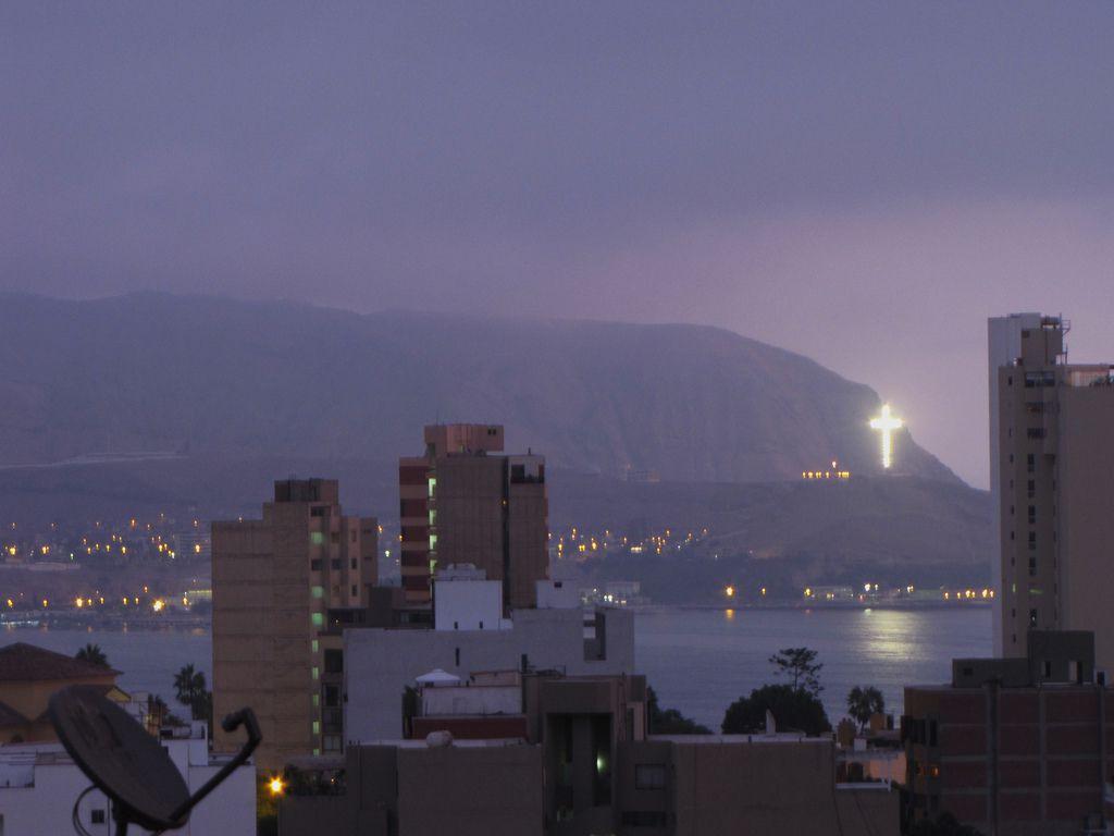 La croix illuminée de Churillos, à l'horizon. Elle avait été érigée en l'honneur du Pape Jean Paul II, lors de sa visite en 1988. Lien : https://www.flickr.com/photos/13660804@N02/4549925698