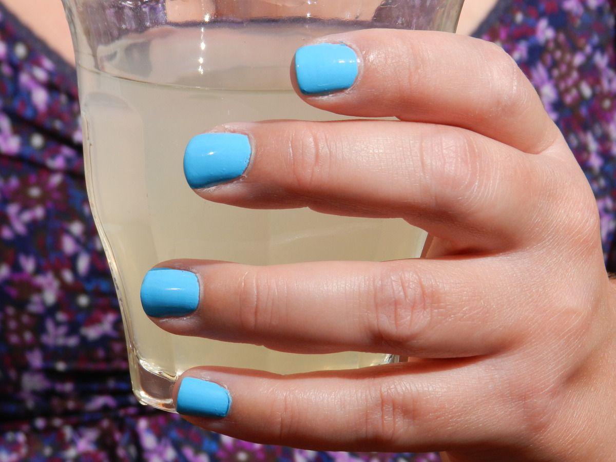 Un vernis bleu piscine, une citronnade, what else?