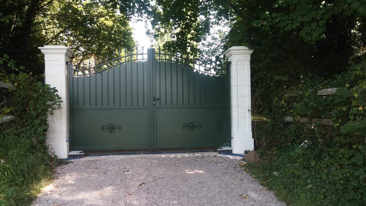 fourniture et pose d 39 un portail en aluminium vert les menuiseries chapelloises lmc. Black Bedroom Furniture Sets. Home Design Ideas