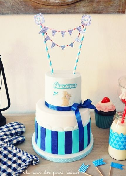 Gâteau d'anniversaire bleu, marine et blanc
