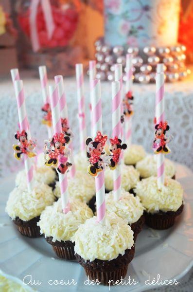 """Muffins """"neige"""" au chocolat, pépites de chocolat et crème chocolat blanc noix de coco."""
