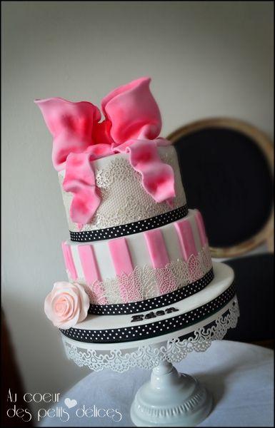Gâteau d'anniversaire boudoir blanc rose et noir