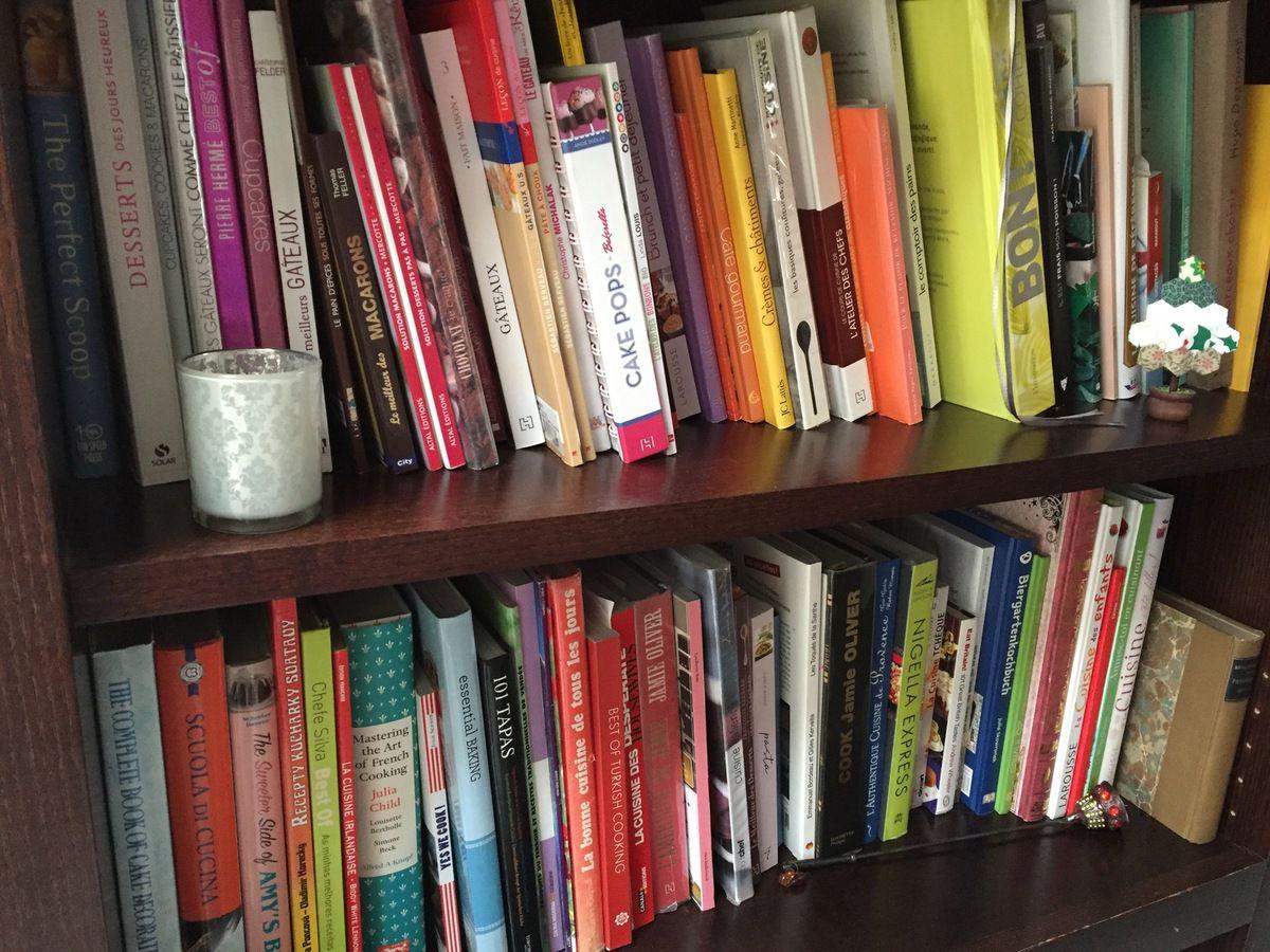 mes deux étagères remplies de livres de cuisine.