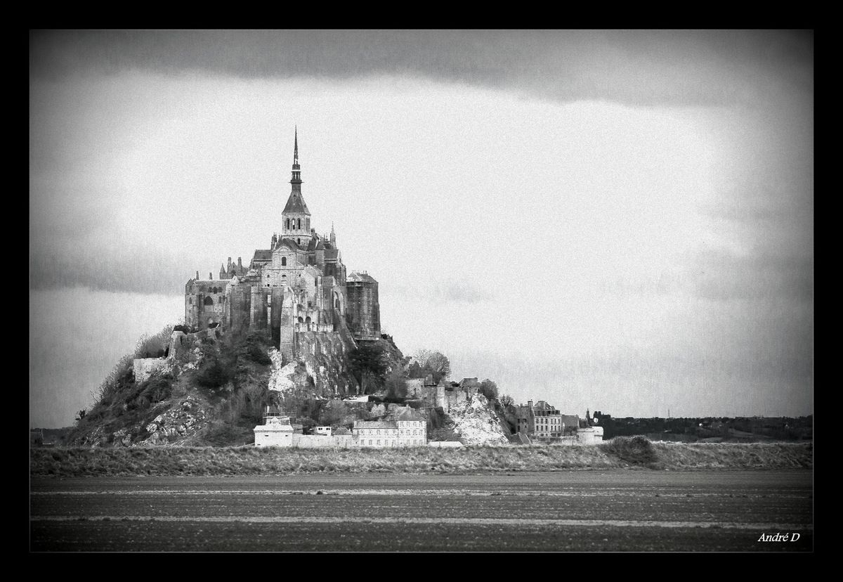 &quot&#x3B;Le Couesnon dans sa folie mit le Mont en Normandie&quot&#x3B;  (Dicton breton)  - -   &quot&#x3B; Le Mont-Saint-Michel apparaît comme une chose sublime, une pyramide merveilleuse.&quot&#x3B; Victor Hugo, 1865  - -  &quot&#x3B; Au Mont et alentours les heures du paysage  sont toutes de belles heures. Le ciel agrandit les grèves,  et les grèves paraissent agrandir le ciel.&quot&#x3B; Emile Bauman