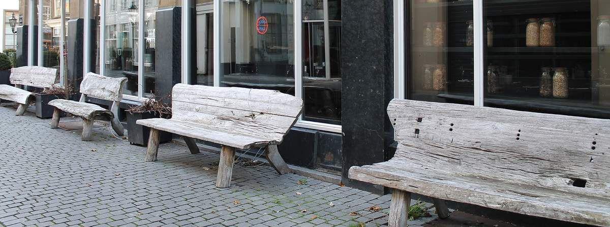 Alte Bänke vor einem Geschäft