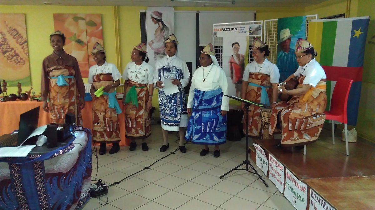 Chants et danses malgaches à l'honneur ! Les volontaires MAD 2016 avec les soeurs malgaches présentes , entraînent tout le monde dans les danses traditionnelles ou plus modernes !!!