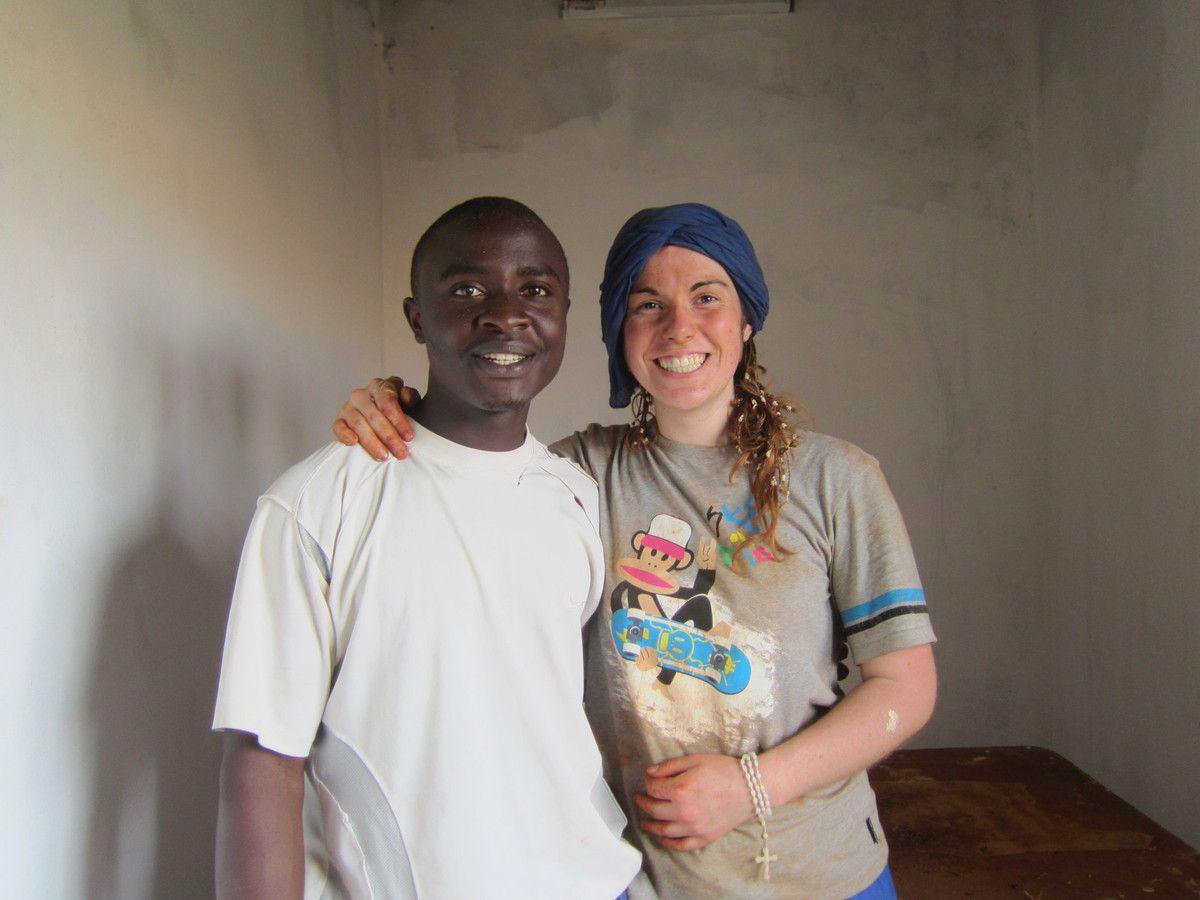 Anne-Cécile , volontaire MAD 2013 avec un volontaire camerounais : elle repart à MADAGASCAR , avec la mission MAD2016 - RESTONS MAD !