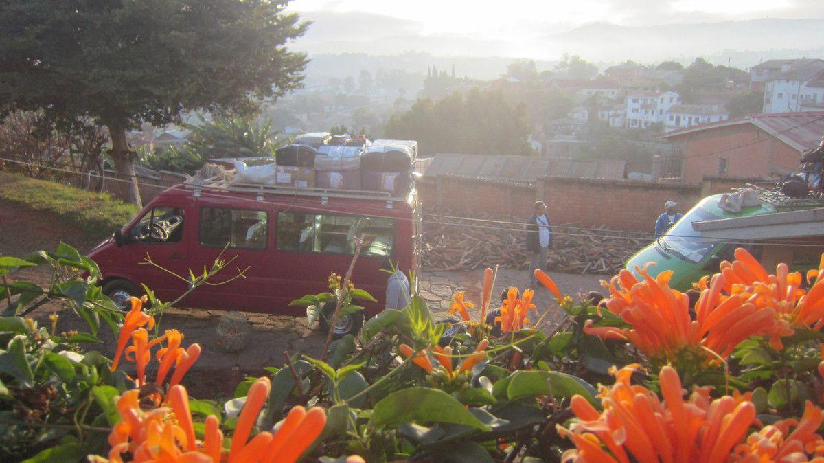 Grâce aux deux bus de ville commandés par Yvonne, Elyzé et Sr Tiana nous voilà en direction de SOAVINBAHOAKA au monastère des Clarisses