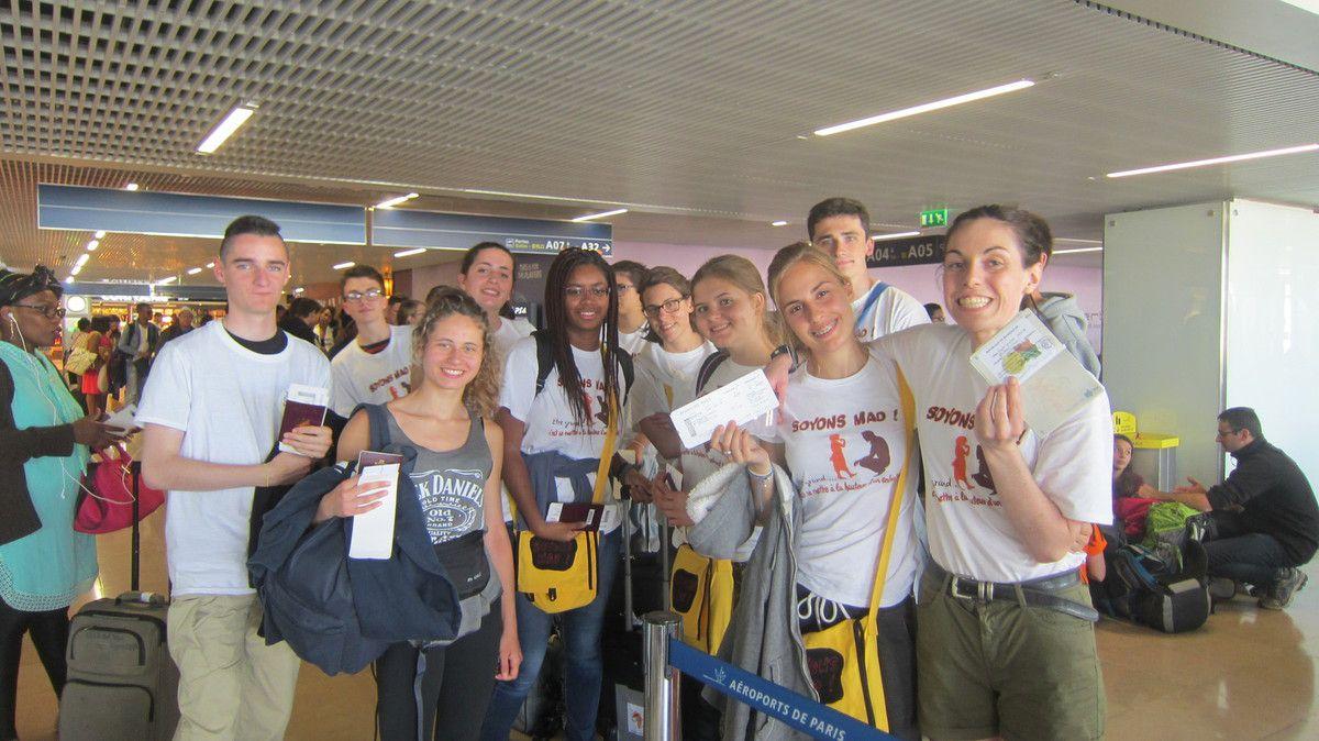 """42 VALISES pour la soute de l'avion et 21 valises cabine .....Une tonne et demie de matériel pour les missions. Des parents enthousiastes de collaborer à l'expédition et d'autres un peu inquiets mais vraiment confiants ! Nous arrivons vite à l'aéroport et après un """"rock and roll"""" des valises par dessus les barrières .... On est prêts à embarquer ! VELOMA !"""