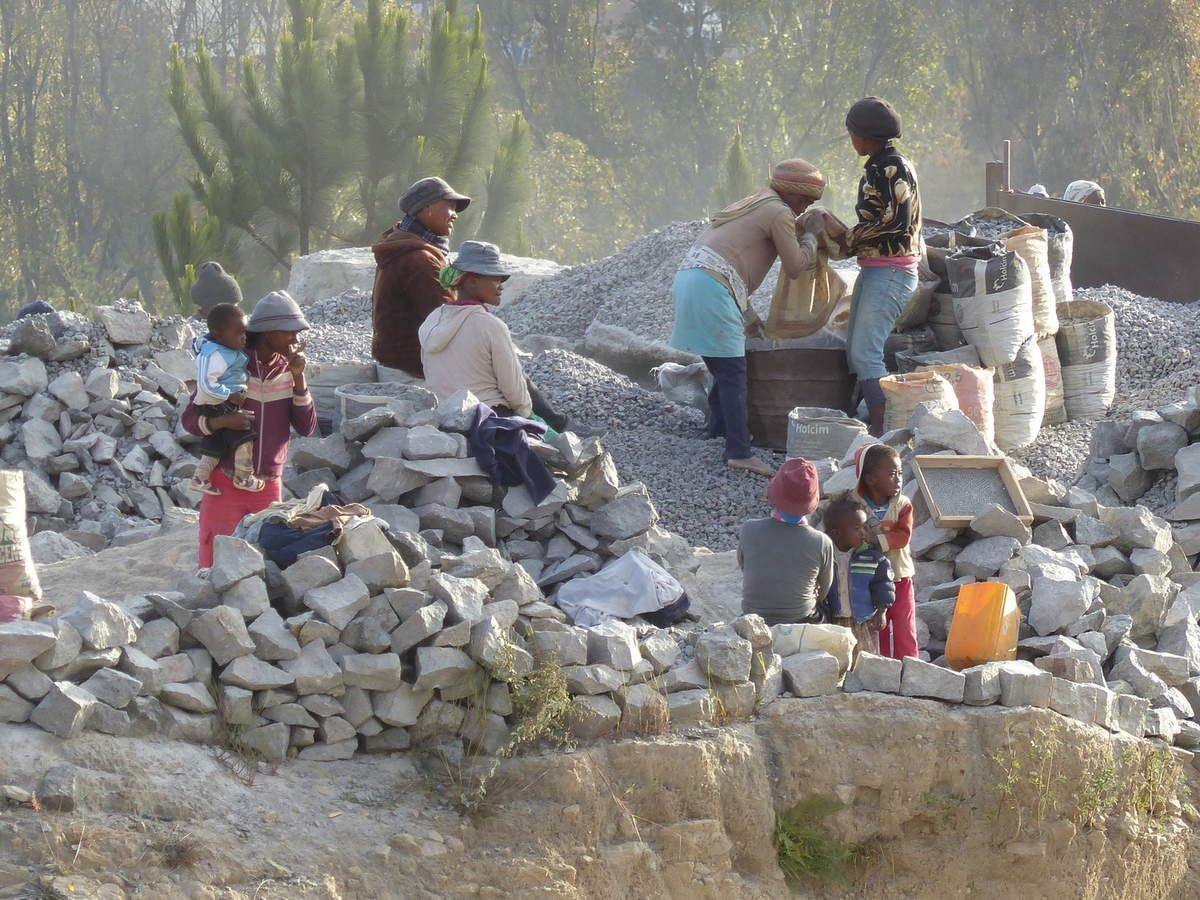 Sur les collines du courage à MANANTENASOA , les pauvres sont riches de leur foi en Dieu ! Ils savent le prix de la grâce et la traversée des longues épreuves...Toi qui regardes ces images , va te renseigner et écoute le témoignage de ce nouveau Vincent de Paul du 21ème siècle !