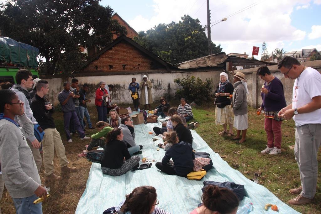 Nous sommes arrêtés là où les soeurs de la PROVIDENCE sont en train de construire une nouvelle école ... OCCASION DE VISITER LE CHANTIER !!!!