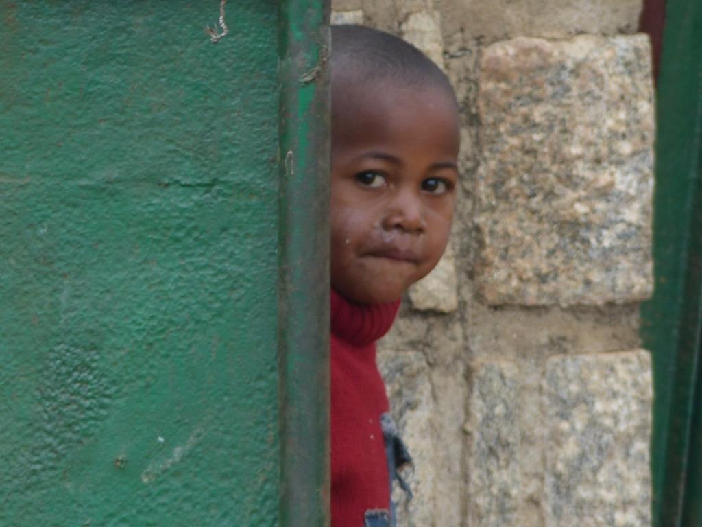 Derrière le portail, les enfants nous épient et viendraient bien nous rejoindre mais nous ne sommes pas là très longtemps , juste le temps d'une pause pique-nique !