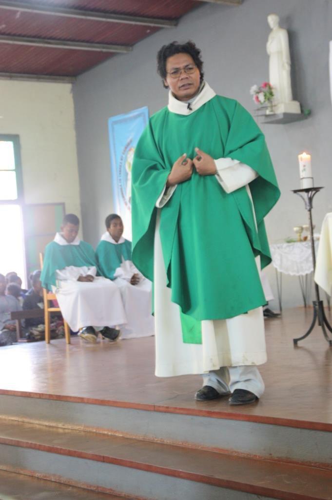 Plongée dans la réalité religieuse des malagazy avec la messe à la SANFILY ( quartier de TULEAR où se trouve la communauté) Rendez-vous à 6h30 - sortie à 9h.....