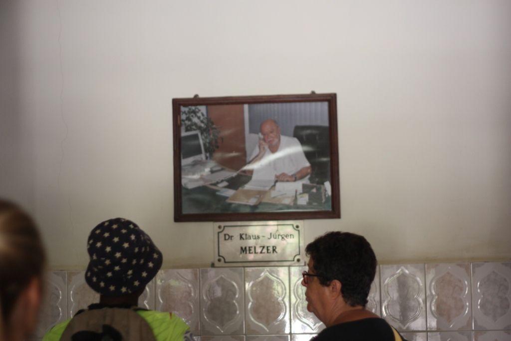 """Une rencontre tout à fait émouvante avec ce Dr RAKOTOMAVO : quelle humilité et quel don de lui-même pour """"sauver"""" son peuple malalde , coûte que coûte , envers et contre tout ! Malgré de petits moyens mais grâce à Dieu bénéficiant de bienfaiteurs allemands touchés par son oeuvre , l'oeuvre de la Miséricorde de Dieu !"""