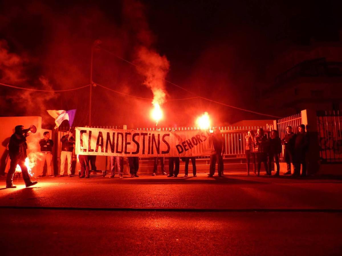 Photo du rassemblement des fachos devant le lieu où vivent les réfugiés
