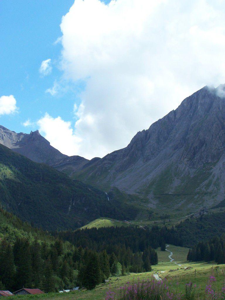 Le Val Montjoie pendant notre ascension vers refuge de la Balme, au fond le col du Bonhomme, notre destination du lendemain - Refuge de la Balme
