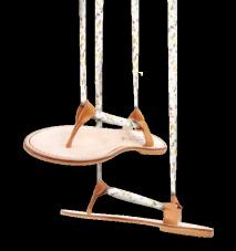 Modèle ROSA – 80 euros Plus élégante que la tong en été, la sandale plate incontournable est ici présentée avec le ruban bouton d'or.