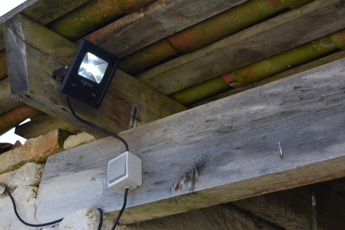 installation de jour du projecteur ( visserie inox, structure alu) dommage qu'il manque la visserie pour la fixation