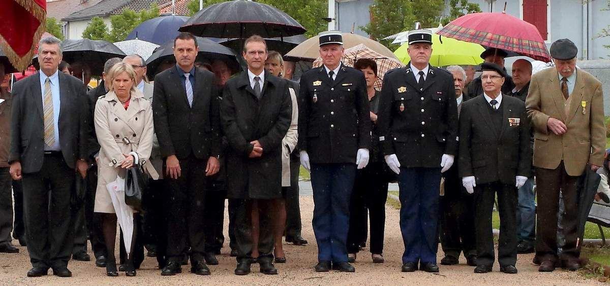 Photos de David Milhe. Une vue des personnalités civiles et militaires à Artix. L'hommage des porte drapeaux.