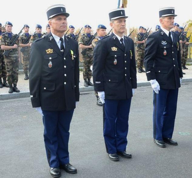 Remise de la Médaille Militaire par le Colonel William VAQUETTE (à gauche le Major Michel FAUCHEREAU)