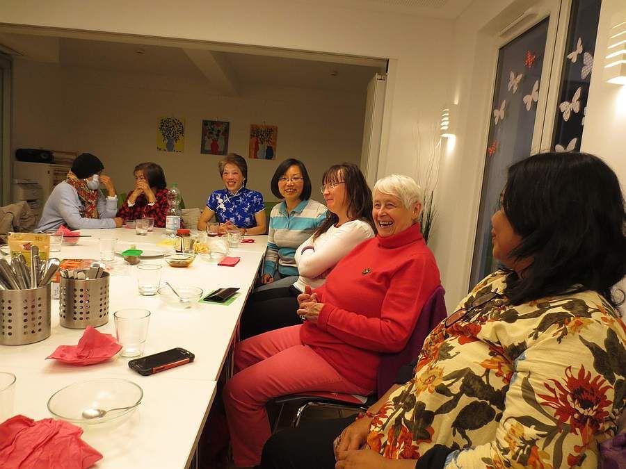 Sally mit Schwester, Tuyet, Lin, Anja, Christa und Sarin