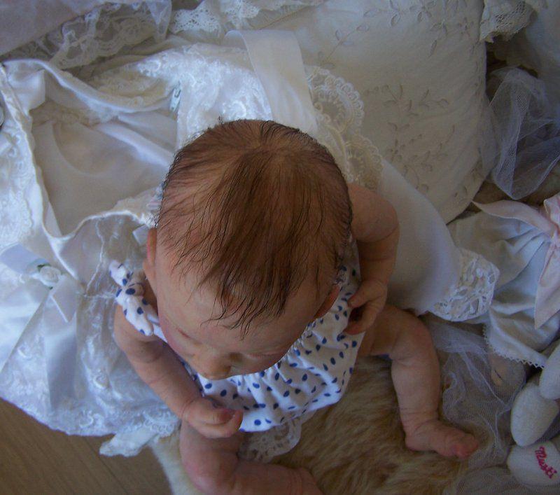 capucine est issue du kit Chloé de Linda Murray, elle a un corps en vynil souple entier et un corps en tissu à l'intérieur où sont rattachés les membres..Yeux bleu en verre, mohair de première qualité très doux et fins. garde robe : un bosy, des chausures blanches lacées, une barboteuse à pois, une robe fleurie rose, un caraco taupe, une robe blanche à volant, une couverture à fleurs, un biberon, une sucette aimantée, un noeud pour les cheveux aimanté, un doudou chat, un dors bien rayé rose. merci de me contacter pour les renseignements par mon email : n.lodi@hotmail.fr