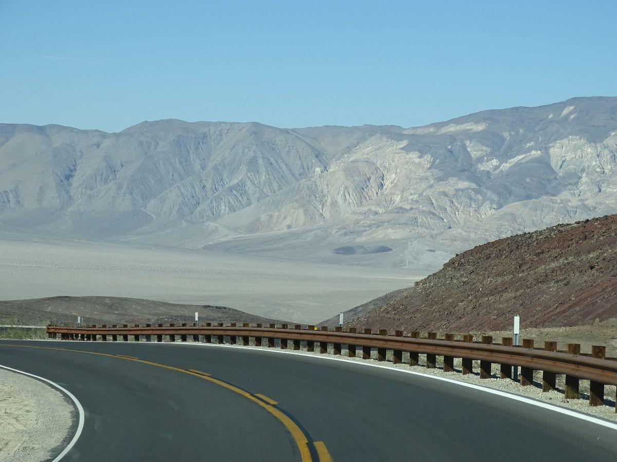 Quelques vues de Death Valley, avec la température indiquée par la voiture.. 114°F