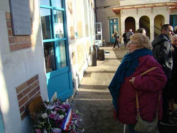 Yvette Pottier devant la plaque souvenir