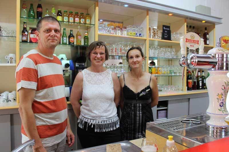 Stéphane et Fabienne Beluin et Emily employée au service