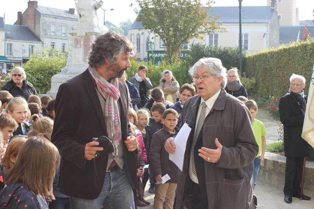 Le directeur de l'école Fabien Maisonneuve et Henri Joinovici