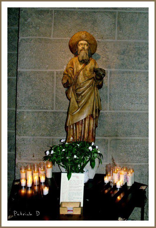 La cathédrale Notre Dame du Puy ; la statue de Saint Jacques de Compostelle: départ des pélerins