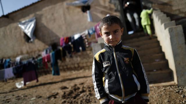 Cette photo prise le 3 décembre montre un petit Irakien qui a fui les violences de Mossoul. | AFP