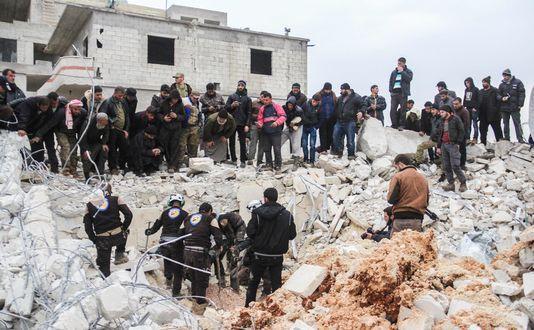 Les habitants d'Al Jineh (Syrie) dans les décombres de la mosquée (photo AFP)