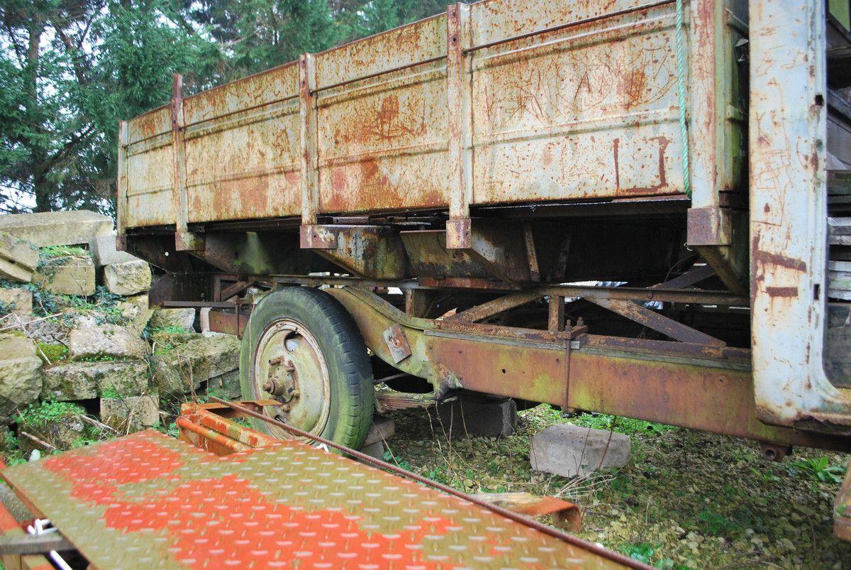 Chassis long avec mise a niveau sous les traverses de plancher par treillis métallique en corniéres fer et chassis cour avecdes longerons en bois découpés.traverse de support du plancher