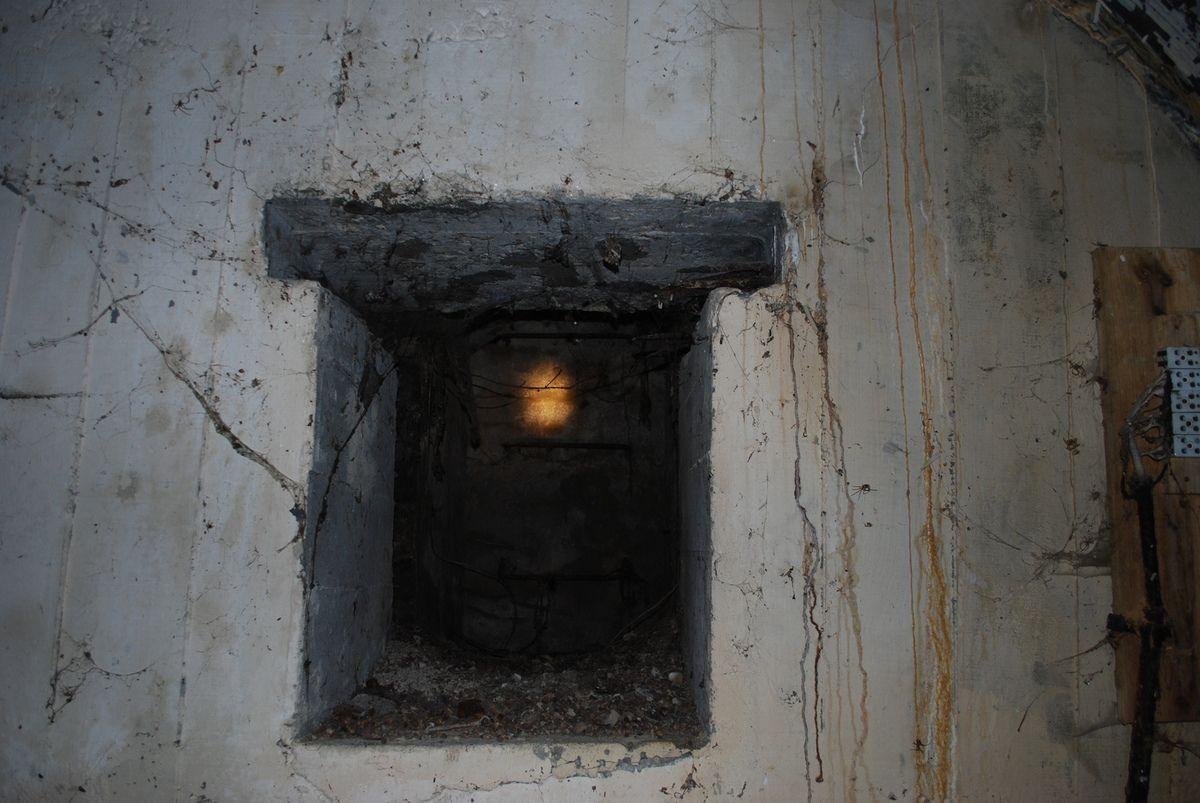le blochauss à parois en tôle nervurée ceintrée aurait été l'abri pour les munitions.